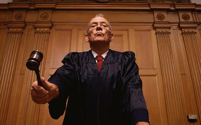 Angeklagter, Gesetzgeber und Richter in einem.