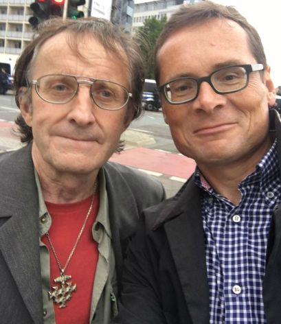"""Unter Freunden: Köppel mit einem Demonstranten, der per Zufall das versteckte Nazi-Symbol """"Thors Hammer"""" als Amulett um den Hals trägt."""